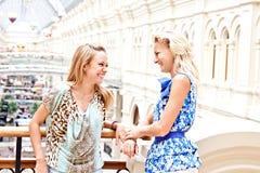 二名妇女在购物中心 库存照片