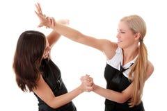 二名妇女战斗 免版税库存照片