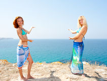二名妇女的比基尼泳装邀请的海运 免版税库存照片