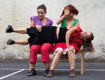 二名妇女膝盖的舞蹈演员  免版税库存照片