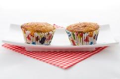 二在牌照的杯形蛋糕 免版税库存照片