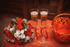 二块婚姻的玻璃用香槟 图库摄影