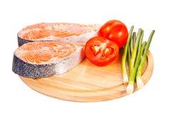 二块未加工的鲑鱼排用蕃茄、石灰和葱 免版税库存图片