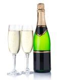 二块玻璃用在白色和瓶查出的香槟 免版税库存图片