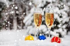 二块玻璃用在雪的香槟 库存图片