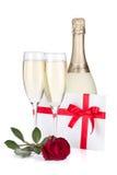 二块香槟玻璃,信函和上升了 库存图片