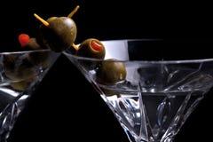 在黑色的二马蒂尼鸡尾酒用橄榄 库存图片