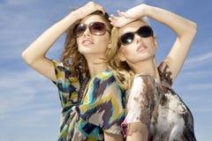 二太阳镜的美丽的女孩 免版税库存照片
