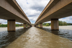 二座桥梁并行的水 免版税库存照片
