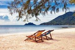 二张星期日海滩睡椅 库存照片