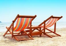 二张海滩睡椅 免版税库存图片