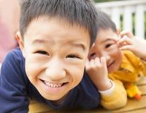 二愉快的亚裔小男孩 免版税库存照片