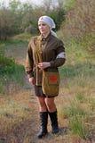 二战制服的俏丽的苏联女性护士在Mamayev库尔干的在伏尔加格勒 免版税库存图片