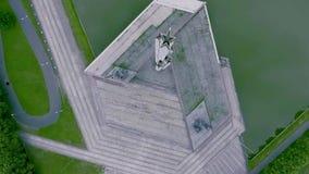 二战对苏联军队顶视图的胜利纪念碑在里加,拉脱维亚 股票视频