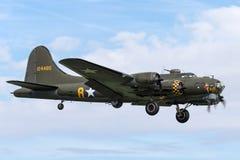 二战时代波音B-17飞行堡垒轰炸机`萨莉B ` G-BEDF 免版税图库摄影