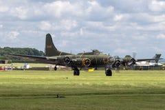 二战时代波音B-17飞行堡垒轰炸机`萨莉B ` G-BEDF 库存图片