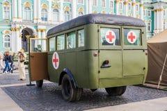 二战的时期苏维埃GAZ 03-30公共汽车在军事爱国行动的对宫殿正方形,圣彼德堡 免版税库存照片