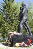 二战的纪念碑下落的战士在Chushevitsy村庄, Verhovazhskogo区,沃洛格达州地区,俄罗斯 免版税库存照片