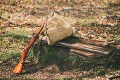 二战苏俄步枪在森林里 库存照片