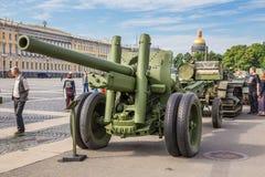二战苏联122 mm军团枪在城市军事爱国行动的对宫殿正方形,圣彼德堡 免版税图库摄影