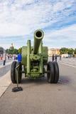 二战苏联122 mm军团枪在城市军事爱国行动的对宫殿正方形 St彼得斯堡 图库摄影