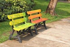 二把木椅子在公园 图库摄影