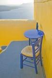 二把椅子和在大阳台的蓝色表 免版税库存照片