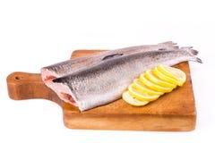 二条分开的鳟鱼用准备好的柠檬被烹调 库存照片