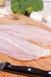 二条原始的白色鱼内圆角和刀子 图库摄影