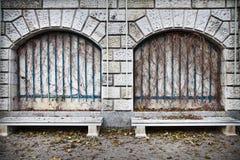 二条空的长凳 库存照片