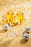 二杯与狂欢节屏蔽的香槟 库存照片