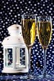 二杯香槟和一个空白灯笼 库存照片