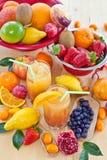从各种各样的新鲜水果的汁液 免版税库存照片