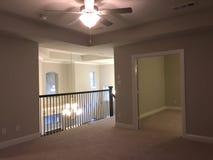 二楼设计家庭娱乐室在一个新房里 免版税库存图片