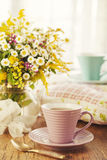 二的茶和夏天花 免版税库存图片