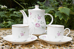 二的茶在金黄装饰表的庭院里 免版税图库摄影