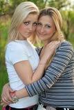 二美丽的新金发碧眼的女人纵向  免版税库存照片