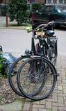 二辆停放的通勤者自行车 图库摄影
