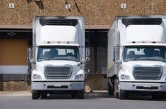 在装货场的半牵引车拖车卡车 库存照片