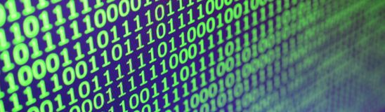 二进制编码宏观射击在办公计算机的显示器的 程序员` s工作的概念 数字式informa流程  免版税库存图片