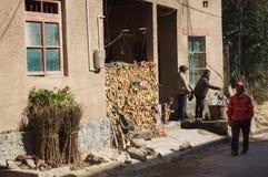 二重奏亦舒村庄,云南,中国:中国家庭在家工作 免版税库存照片