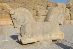 二重带头的马雕塑的外部在考古学站点的在波斯波利斯,伊朗 图库摄影