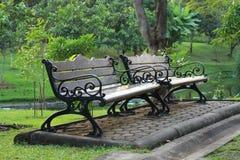 二长凳在公园 库存图片