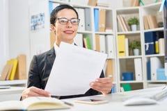 于工作集中的快乐的经理 免版税库存图片