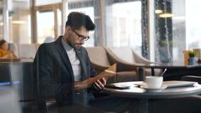 于看书集中的企业家坐在咖啡馆等待的会议 股票视频