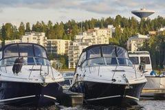 于韦斯屈莱港口和都市风景在日落 芬兰旅游业destin 免版税库存照片