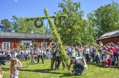于默奥、瑞典-享用2017 6月23日,愉快的人民观看杆身分由瑞典人民的片刻努力和等待 免版税库存照片