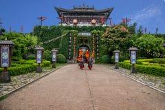 云南大理在执行开放门受欢迎的客人仪式前的龙城市 库存图片