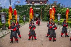 云南大理在执行开放门受欢迎的客人仪式前的龙城市 免版税库存图片