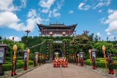 云南大理在执行开放门受欢迎的客人仪式前的龙城市 库存照片